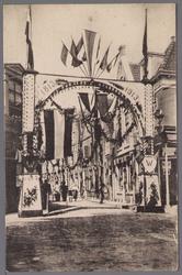 WAT001001039 Een erepoort in de Torenstraat te Edam ter eren van de Onafhankelijkheidsfeesten 1813-1913.