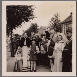 WAT001001048 Foto: Alie (Kemper?) en rechts Louis de Vries.Stadsfeest Edam.Van 12 tot 21 juli 1957 hielden de Edammers ...