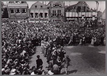 WAT001001075 Aankomst bruidspaar.Stadsfeest Edam.Van 12 tot 21 juli 1957 hielden de Edammers een stadsfeest ter ...