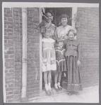 WAT001001078 Achter: zus Hendriks-Floor, Corrie Floor.Links; Regina Mak, Els Mak en Marga Hendriks.Stadsfeest Edam.Van ...