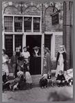 WAT001001081 Ook Edam's Museum was een centrum van samenkomst voor jong en oud.Rechts zien we de dames Klootwijk en De ...