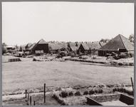 WAT001001215 de Noord te Ilpendam met de achtersloot,gezien vanaf de Kievitstraat. De meeste woningen op de foto zijn ...