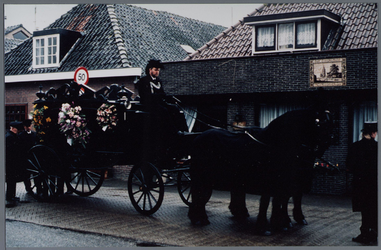 WAT001001285 Paard en lijkkoets. Uitvaart S.Verbee.Locatie: Pand aan de Purmerland nummer 48 te Purmerland.Gevelsteen ...
