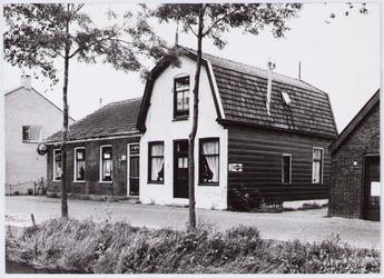 WAT001001379 Foto v.l.n.r; woningen aan de Dorpsstraat nummer 27,29, 31 (café ''De Bonte Os'') en nummer 33.