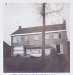 WAT001001380 Foto: voormalige winkelpand aan de Dorpsstraat nummer 27 in Jisp.