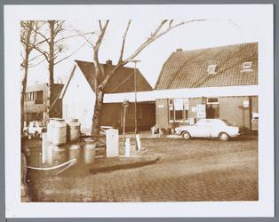 WAT001001446 Foto rechts: café de ''Lepelaar'' aan het Molenpad nummer 2 in Jisp.Links voor zien we nog een aantal ...