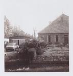 WAT001001397 Stolpboerderij De Kameleon Dorpsstraat 60 te Jisp, met aan de linker kant de garage van nummer 62.