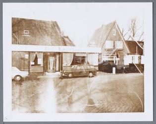 WAT001001447 Foto links: café de ''Lepelaar'' aan het Molenpad nummer 2 in Jisp.Rechts:woning aan de Dorpsstraat nummer 1.