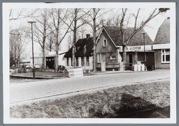 WAT001001448 Foto rechts: café de ''Lepelaar'' aan het Molenpad nummer 2 in Jisp.Links: aannemersbedrijf Gebr. Klopper, ...