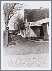 WAT001001449 Foto rechts: café de ''Lepelaar'' aan het Molenpad nummer 2 in Jisp.Links: aannemersbedrijf Gebr. Klopper, ...