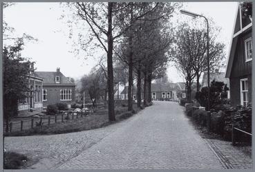 WAT001001573 Foto: Dorpsstraat van Kwadijk. Dit deel wordt in de volksmond de Kerkebuurt genoemd. Helemaal links de ...