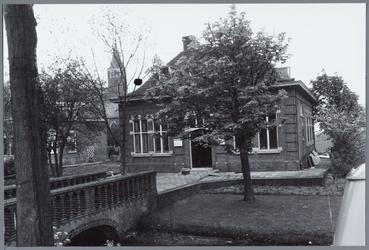 WAT001001574 Foto: Dorpsstraat van Kwadijk. Dit deel wordt in de volksmond de Kerkebuurt genoemd. Helemaal links; de ...