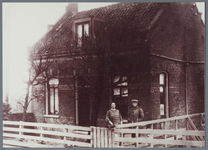 WAT001001534 Brugwachterswoning van Jacob Tromp (geboren 30-5-1890 te Ransdorp) en Grietje Tromp - Knip (geboren ...