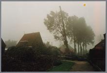 WAT001001585 Foto: een hydraulische kraan tilt de torenspits van de Hervormde kerk in Kwadijk op het vierkant van de ...