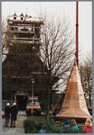 WAT001001586 Foto: een hydraulische kraan tilt de torenspits van de Hervormde kerk in Kwadijk op het vierkant van de ...