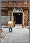 WAT001001587 Foto: een hydraulische kraan tilt de torenspits van de Hervormde kerk in Kwadijk op het vierkant van de ...