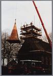 WAT001001588 Foto: een hydraulische kraan tilt de torenspits van de Hervormde kerk in Kwadijk op het vierkant van de ...