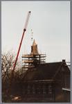 WAT001001589 Foto: een hydraulische kraan tilt de torenspits van de Hervormde kerk in Kwadijk op het vierkant van de ...
