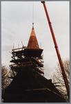WAT001001590 Foto: een hydraulische kraan tilt de torenspits van de Hervormde kerk in Kwadijk op het vierkant van de ...