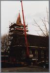 WAT001001591 Foto: een hydraulische kraan tilt de torenspits van de Hervormde kerk in Kwadijk op het vierkant van de ...
