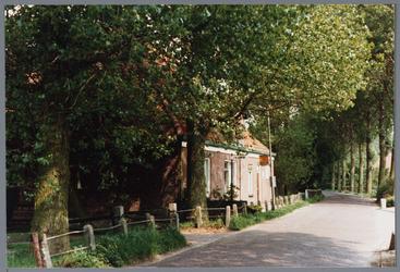 WAT001001640 Foto: boerderij van de familie J. Wijhenke wordt anno 1987 nog steeds als boerenbedrijf gebruikt.