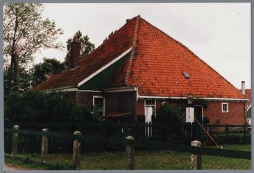 WAT001001657 Foto: stolpboerderij aan de Kwadijk nummer 12.