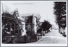 WAT001001575 Links het Stationskoffiehuis, later café Spoorzicht.Midden achter: het Penhuisje vlakbij de ...