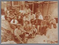 WAT001001595 De bouwvakkers van de watertoren poseren voor de fotograaf.WATERTOREN, gebouwd in 1925 in opdracht van het ...