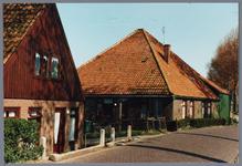 WAT001001609 Foto links: voormalige winkel v.d. familie A. Evers Kwadijk nummer 142, daarnaast een stolpboerderij op ...