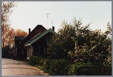 WAT001001614 Foto v.r.n.l.: woning aan de Kwadijk nummer 131 en daarnaast een stolpboerderij aan de Kwadijk nummer 130.