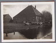 WAT001001691 Foto: de boerderij ''De Deijselhof'' nog met wegsloot. Later een zeer bekend restaurant met dezelfde naam. ...