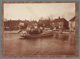 WAT001001699 Foto: Landsmeerderdijk (Overtoom) één van de Bergman bootjes op weg naar de aanlegstijger. Deze ...