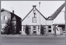 WAT001001777 Foto v.l.n.r.; woning aan het Zuideinde nummer 50, herberg De Eierkorf Zuideinde 48, daarnaast Zuideinde ...