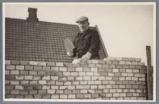 WAT001001877 Foto: metselaar Adrianus de Boer bij de eerste woningen aan de Raadhuisstraat.