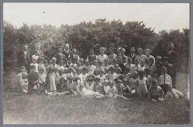 WAT001001891 Foto: begeleiders van een schoolreisje.