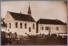 WAT001001938 Foto: De gereformeerde kerk (1889) en de oude christelijke school op Marken die op palen was gebouwd.De ...
