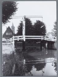 WAT001002151 Foto; De Lijnbaenbrugh,gebouwd in ongeveer 1575,met op de achtegrond de Grote Kerk.