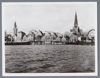 WAT001002165 Foto;Zicht op de Haven , met in het midden de Lange Brug, links de Speeltoren en rechts de Nicolaas en ...