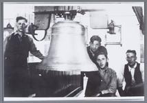 WAT001002209 Foto: Stellen van de nieuwe klok in de R.K. kerk.mannen op de foto Stallenberg en J. Dekker. (verdere ...