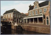 WAT001002167 Foto: Links: Cafe de Zwaan. 56 jaar (1960-2016) lang was Middendam 10 in Monnickendam de locatie van Café ...