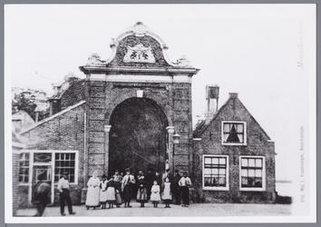 WAT001002245 Aanzicht op een groepsfoto voor de (voormalige Noordeindepoort) Stadspoort van Monnickendam aan het Noordeinde.