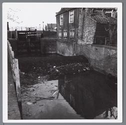 WAT001002297 Foto; Renovatie van de sluis. Met het leeg pompen van het water, kwam dit te voorschijn.