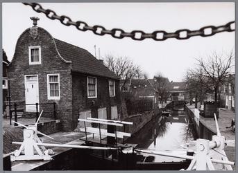 WAT001002300 Aanzicht op de Middendamsluis in Monnickendam. Deze schutsluis in de Middendam stamt uit 1425. In 1620 ...