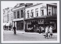 WAT001002803 Breedstraat van links naar rechts nummer 29,31,33 (een kampeerwinkel) en 35 (Tabaks en sigarenwinkel Switzer).