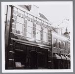 WAT001002807 Links kruidenierszaak J. Noome en zonen rechts het Boekeneiland van Boekhandel de Wit