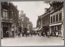 WAT001002815 Hoek Willem Eggertstraat, Kolktraat met zicht op de Koepelkerk, rechts Switzer grossier in ...