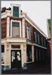 WAT001002817 Gebouwd in het laatste kwart van de negentiende eeuw als woonhuis met op nr 24 een banketbakkerswinkel en ...