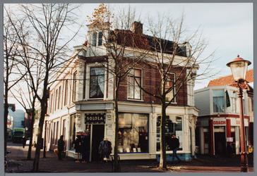 WAT001002824 De Breedstraat gezien van de oostzijde met op de achtergrond de Koepelkerk. Het pand 24-26 geheel links is ...