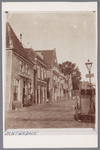 WAT001002755 Hoek Kalversteeg Achterdijk, helemaal links logement en uitspanning waar Klaas Ursem iedere dinsdag zijn ...
