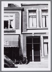 WAT001002868 Links damesmodezaak Deitmers, later beheerd door Mevr. Leurink-Huibers met daarnaast nummer 13.
